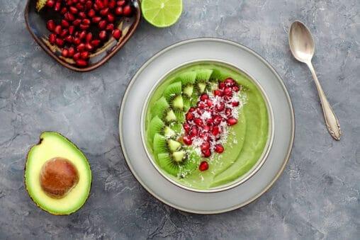 Smoothie Bowl mit Avocado, Banane, Weizengrass und Kiwi Granatapfel Kokos Topping Rezept
